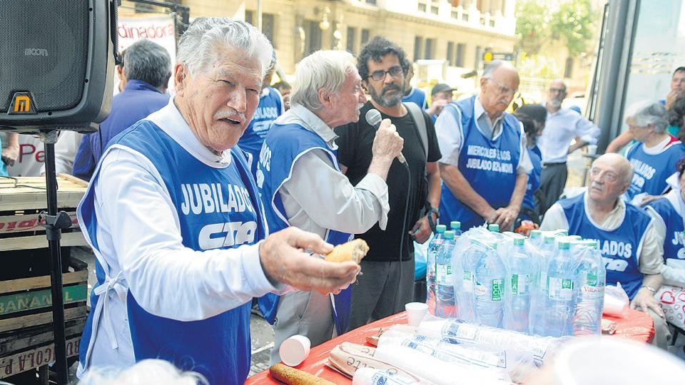 Un grupo de jubilados brindó ayer con agua en señal de protesta contra la reforma previsional.
