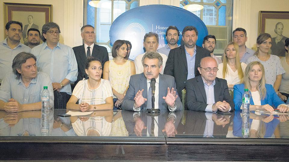 Agustín Rossi encabezó la conferencia de prensa del bloque de diputados del FpV-PJ.