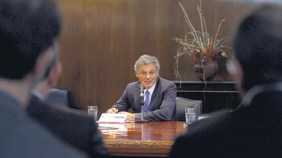 El ministro de Producción, Francisco Cabrera, enfrenta las quejas de los industriales.