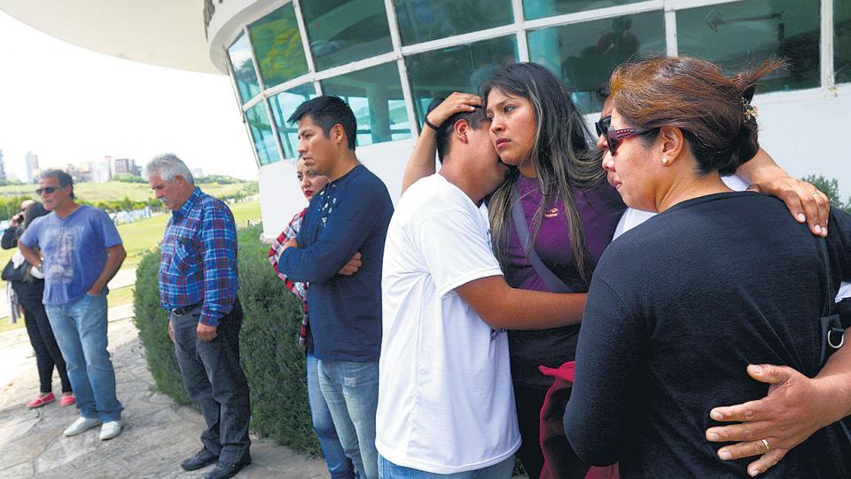 Al retirarse de la reunión con Aguad, los familiares se mostraron con angustia y enojo por las respuestas del ministro.