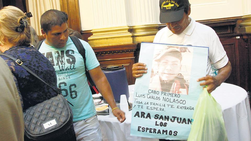 Los familiares llevaron los rostros de los tripulantes desaparecidos.