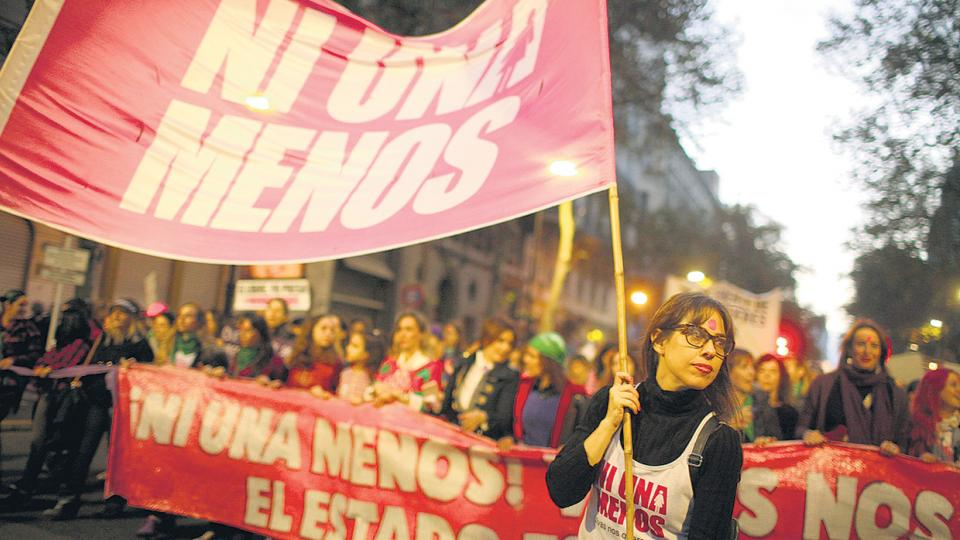 A favor está el desarrollo del movimiento NiUnaMenos, que se consolida como actor político.