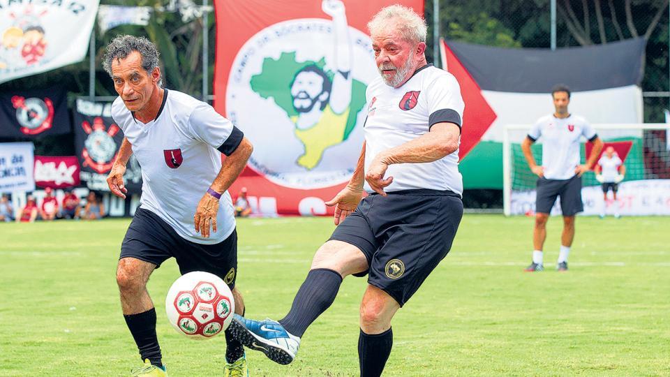 Lula participa del partido-homenaje a Sócrates en Guararema, estado de San Pablo.