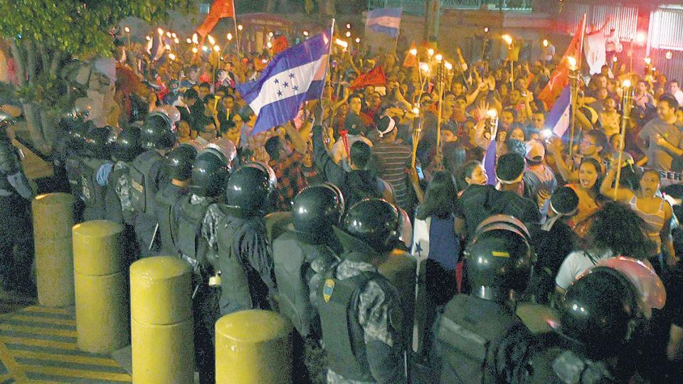 Simpatizantes de Nasralla protestan frente a la embajada estadounidense en Tegucigalpa.