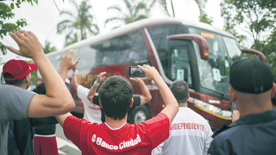 En su llegada a Río, el plantel de Independiente fue recibido por una gran cantidad de hinchas.