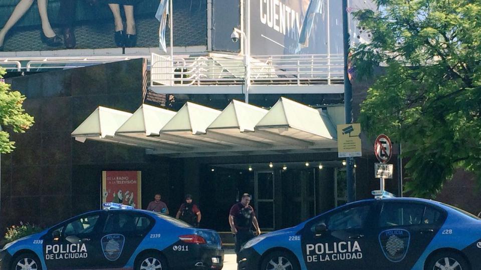 La Policía de la Ciudad apareció custodiando canal 7 y los trabajadores denunciaron la presencia de agentes de civil en el interior.