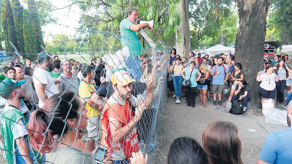 Los trabajadores siguieron con las asambleas y las protestas por los despidos sin causa.