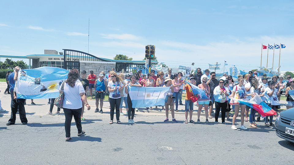 El grupo más numeroso de familiares es el que sigue yendo a diario a la Base Naval de Mar del Plata.