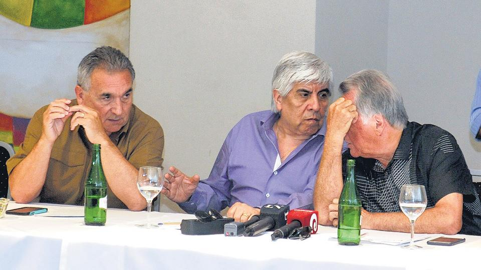 Juan Carlos Schmid, Hugo Moyano y Luis Barrionuevo, reunidos ayer en la sede de los gastronómicos en la costa atlántica.