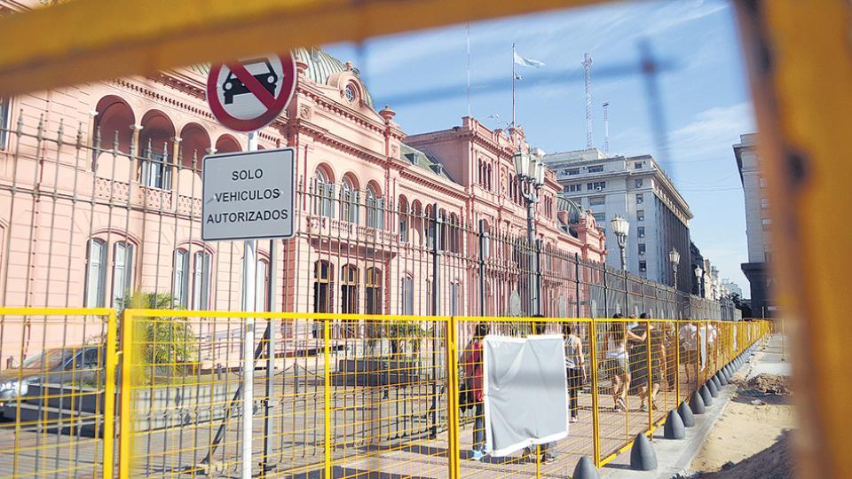 Con las obras en Plaza de Mayo buscan dar homogeneidad con otras plazas en lugar de respetar sus características propias.