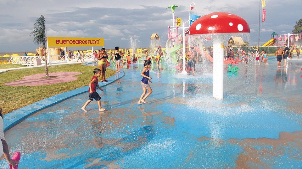 La lona celeste hace las veces de pileta sin profundidad en el Parque de los Niños.