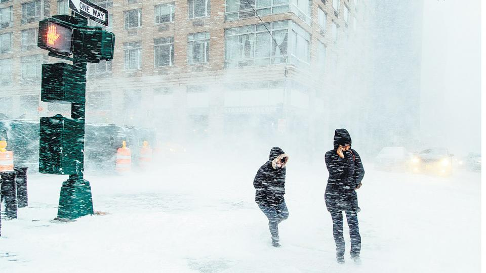 La intensa nevada, con vientos huracanados, hace muy difícil caminar por Nueva York.