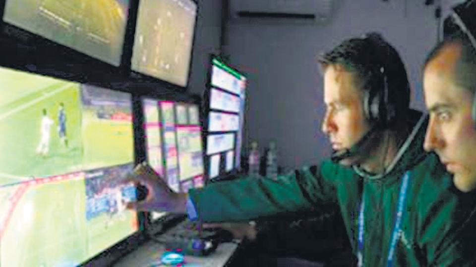 El VAR en acción durante la Copa de las Confederaciones.