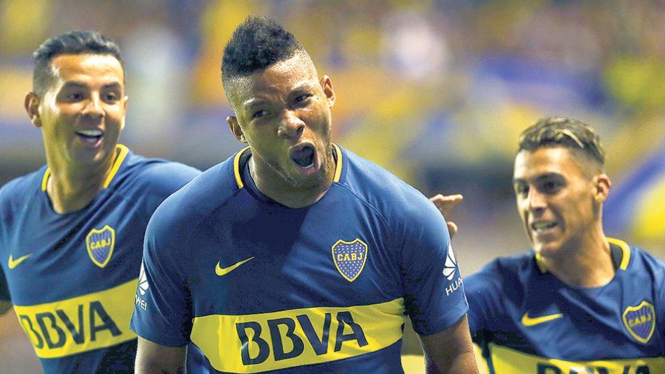 """n La boca llena de gol de Frank Fabra, perseguido en el festejo por Cardona y Pavón. """"Quise tirar un centro"""", reconoció el lateral."""
