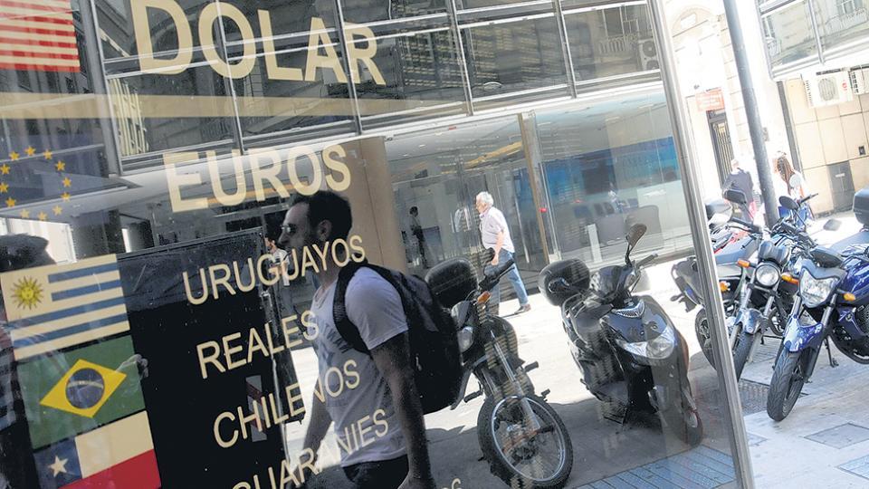 Desde que gobierna Macri, el tipo de cambio aumentó un ciento por ciento, en tanto que la inflación acumulada superó el 70 por ciento.