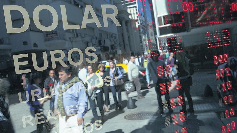 El dólar alcanzó casi los 20,50 pesos por unidad. Las carteras de inversión de grandes fondos empezaron a dolarizarse