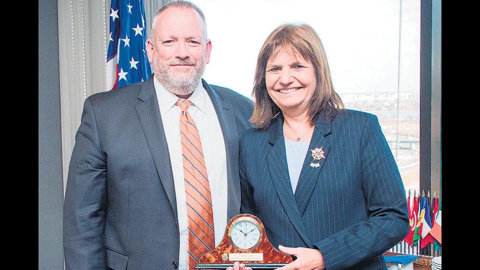 Patricia Bullrich junto al titular de la Administración para el Control de Drogas (DEA), Robert Patterson.