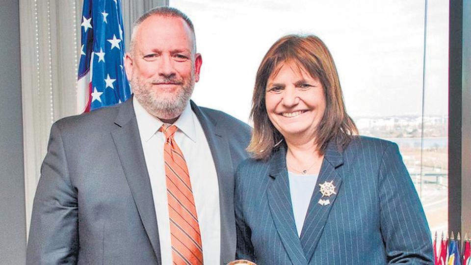La ministra Bullrich con el titular de la DEA durante su reciente visita a Estados Unidos.