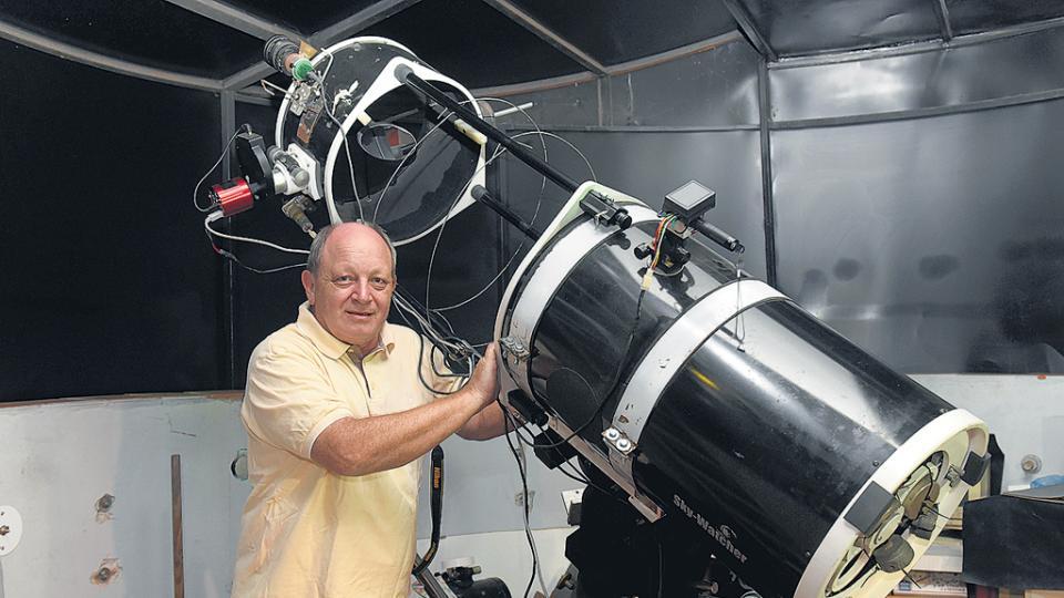 Gustavo Buso en el observatorio que construyó en su casa de la ciudad de Rosario.