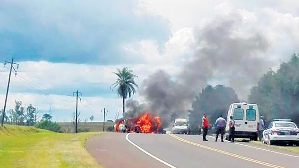 El escenario trágico, donde intervinieron los bomberos para apagar el fuego y retirar los cuerpos.