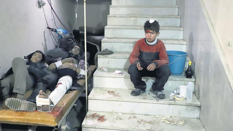 Civiles heridos reciben tratamiento en un hospital de campaña de Karf Batna, Guta oriental.