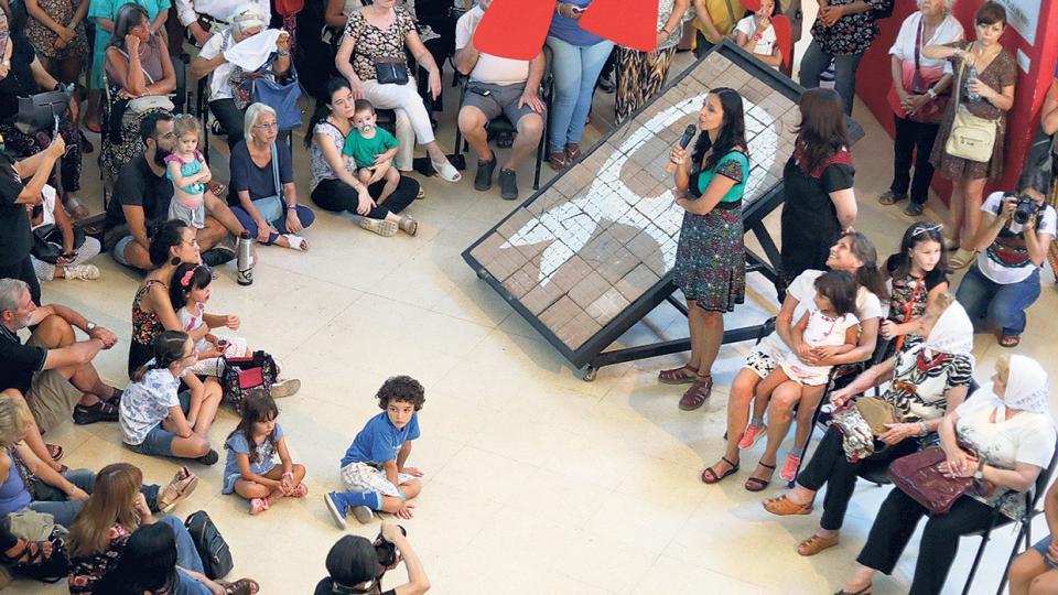 Un pañuelo de baldosas para la ESMA | Las Madres ll... | Página12