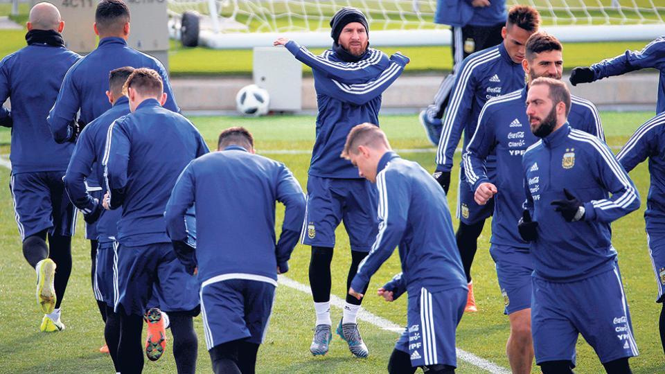 Messi estuvo en el centro de las miradas durante la práctica vespertina de ayer en Madrid.