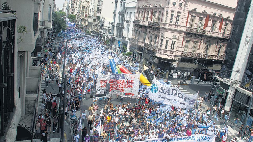 Miles de docentes se movilizaron y manifestaron ante el Ministerio de Educación nacional.