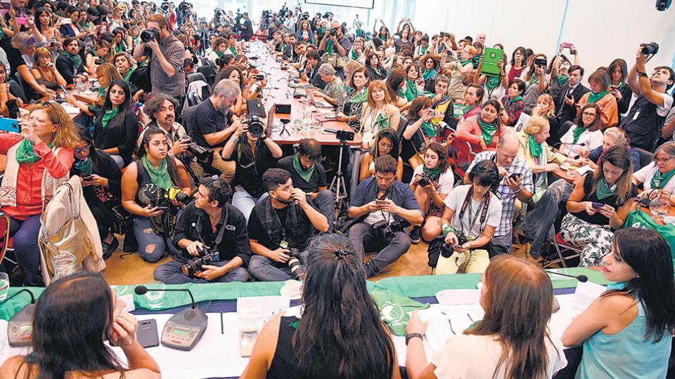 La enorme sala C del segundo piso del Anexo estaba plena de militantes, legisladores, periodistas.