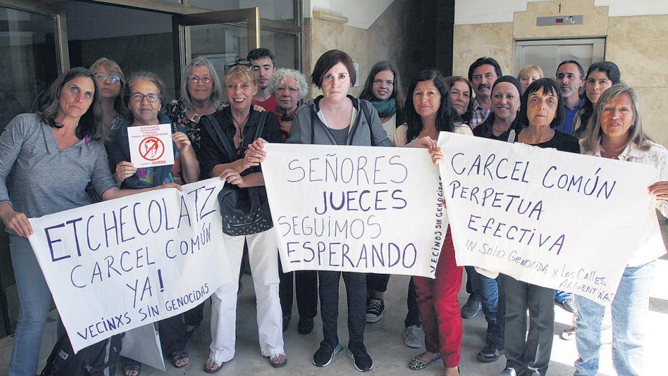Vecinos del Bosque Peralta Ramos, en Mar del Plata, viajaron hasta los tribunales para llevar su reclamo.