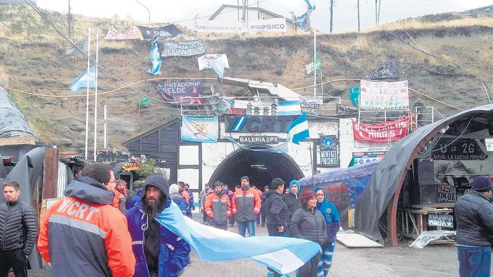 En la asamblea realizada en la entrada de la mina los trabajadores reclamaron las reincorporaciones.