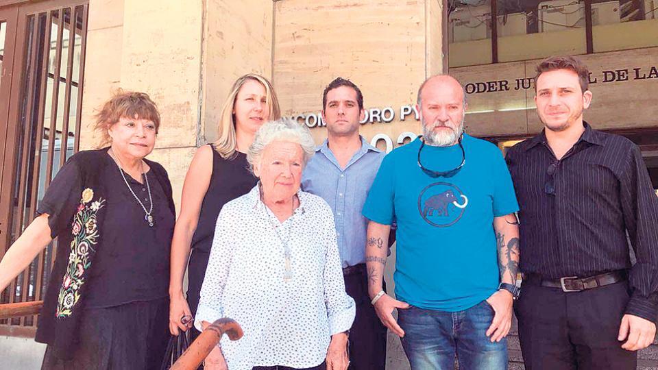 Sergio y otros familiares de Maldonado junto a Nora Cortiñas.