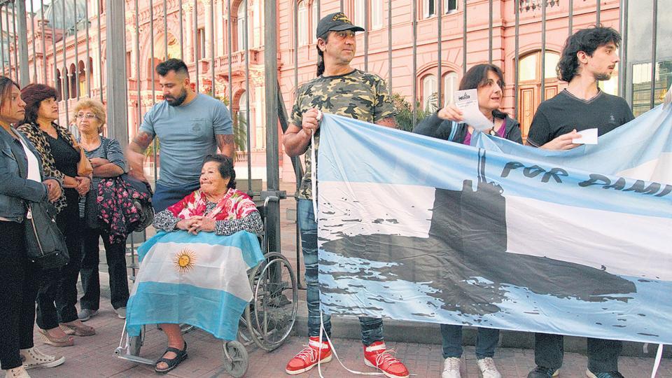 Los familiares colgaron una bandera en las vallas, aunque la policía quiso impedirlo.