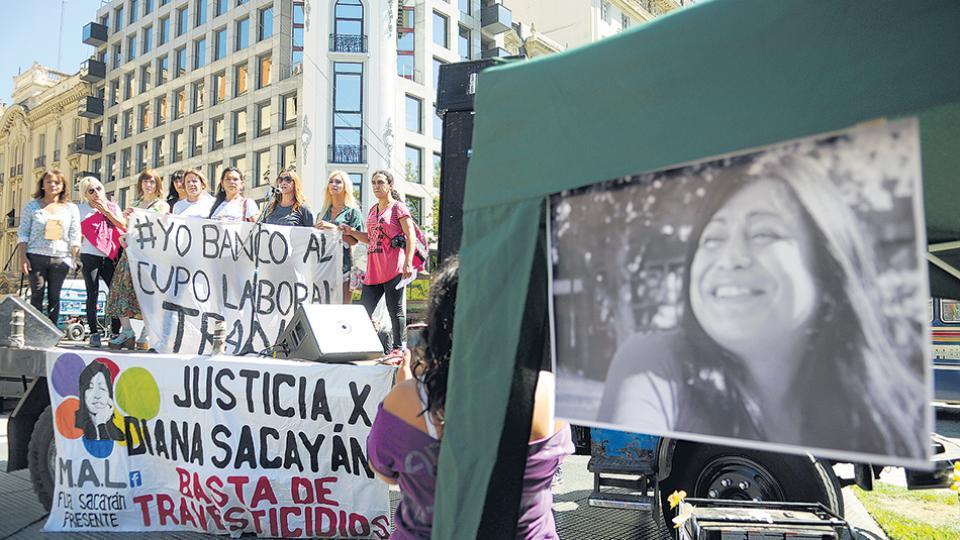 En la calle, ante Tribunales, familiares y amigas de Sacayán reclamaron justicia.