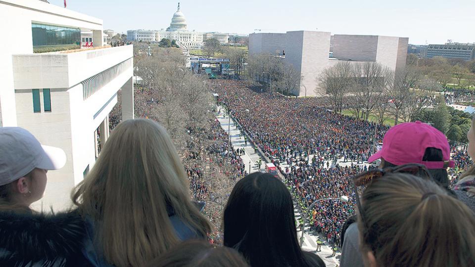Vista de la multitudinaria marcha para exigir más controles a la venta y tenencia de armas en la capital estadounidense, con el Capitolio de fondo.