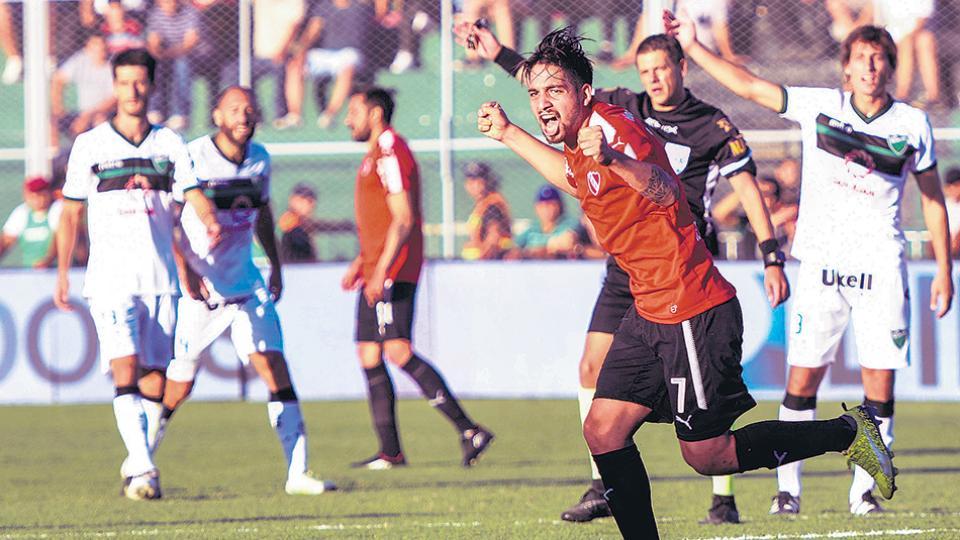 Benítez festeja el primer gol de Independiente que marcó tras la habilitación de Meza.
