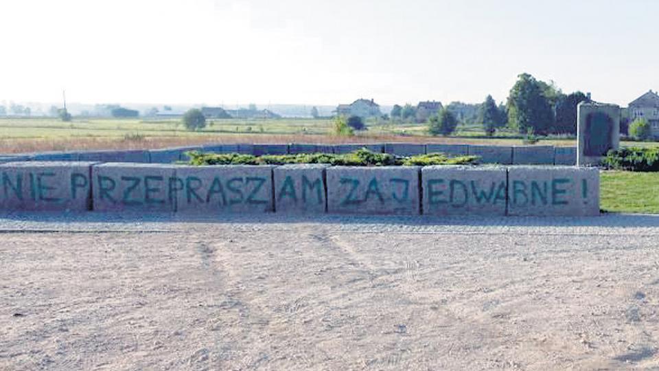 """La pintada en el monolito: """"No nos disculpamos por Jedwabne""""."""
