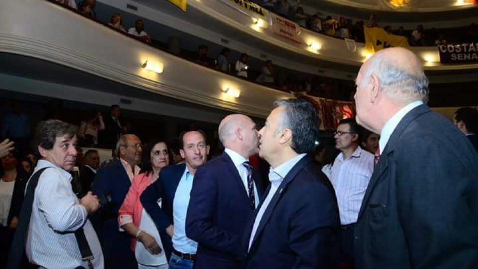 Cornejo mira a la tribuna mientras cantan el canto contra Macri.