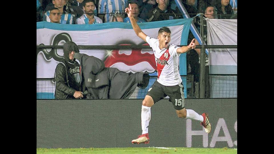El chico Palacios festeja con la boca llena de gol el segundo de su equipo, que lo hizo cuando faltaba un minuto para el final del partido.