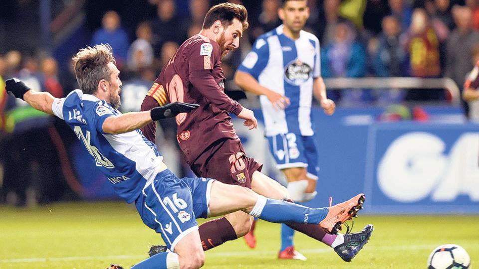 Messi convierte uno de los goles frente al arquero Martínez, en la tarde de Riazor.