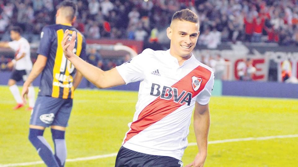 El colombiano Borré acaba de marcar el primer gol de River frente a los rosarinos, con un toque suave.