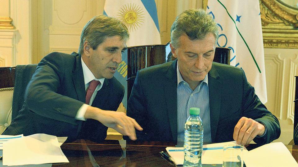 El ministro de Finanzas, Luis Caputo, junto al presidente Mauricio Macri.