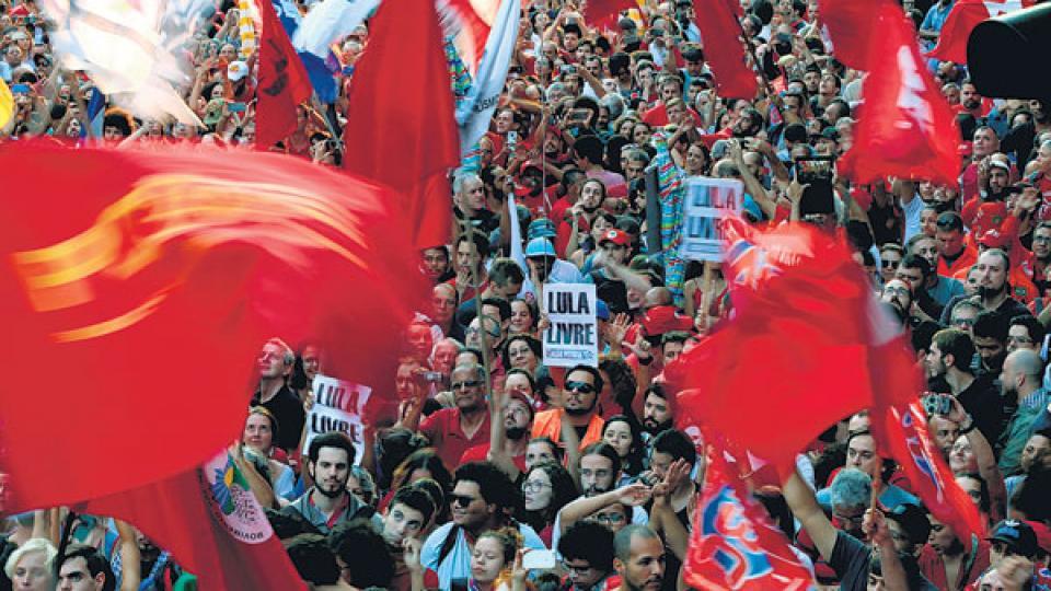 Acompañado por miles de manifestantes, Lula esperó una detención que al menos ayer no se cumplió.