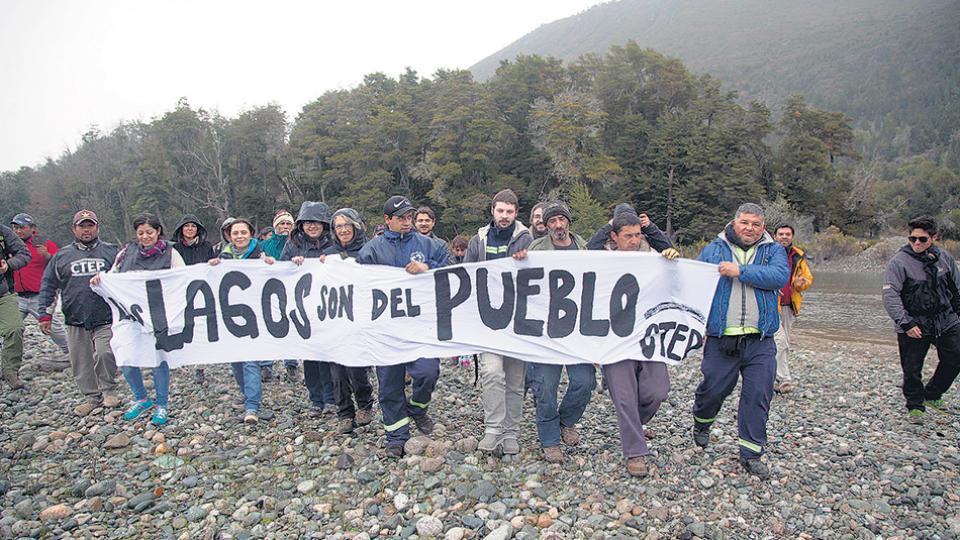 Una protesta de la CTEP y otras organizaciones sociales contra la avanzada de Lewis en tierras patagónicas.