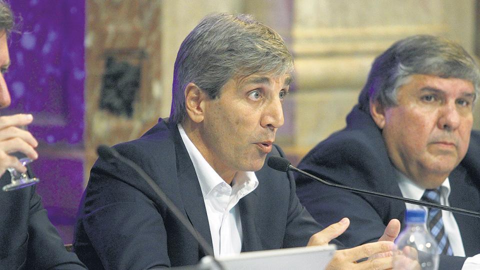 """Antes de propiciar el escándalo del """"papelito"""", Luis Caputo no logró aclarar las denuncias."""