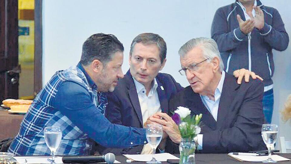 Los dirigentes del PJ Gustavo Menéndez, Fernando Gray y José Luis Gioja.