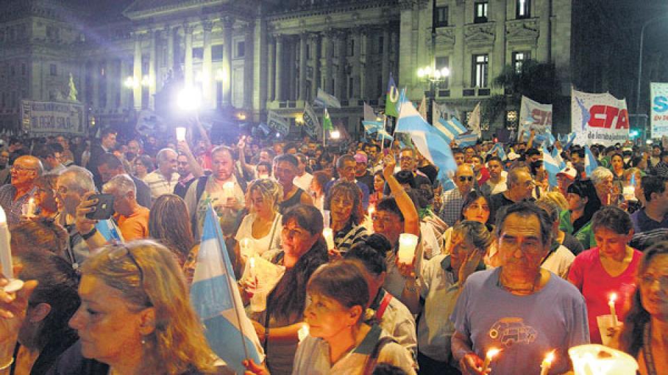 Varios dirigentes opositores se sumaron ayer a la marcha de las velas contra el tarifazo.