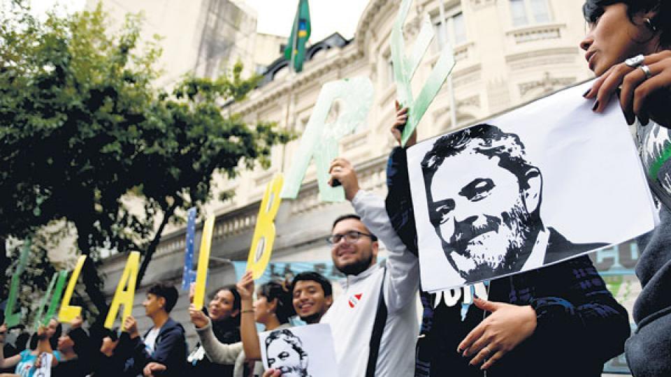Organizaciones políticas, gremiales y sociales reclamaron la libertad de Lula ante la Embajada de Brasil.