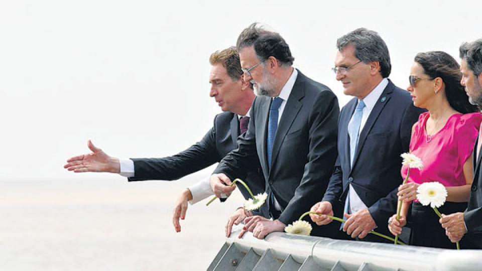 Rajoy, en el Parque de la Memoria, durante un homenaje a víctimas españolas del terrorismo de Estado.