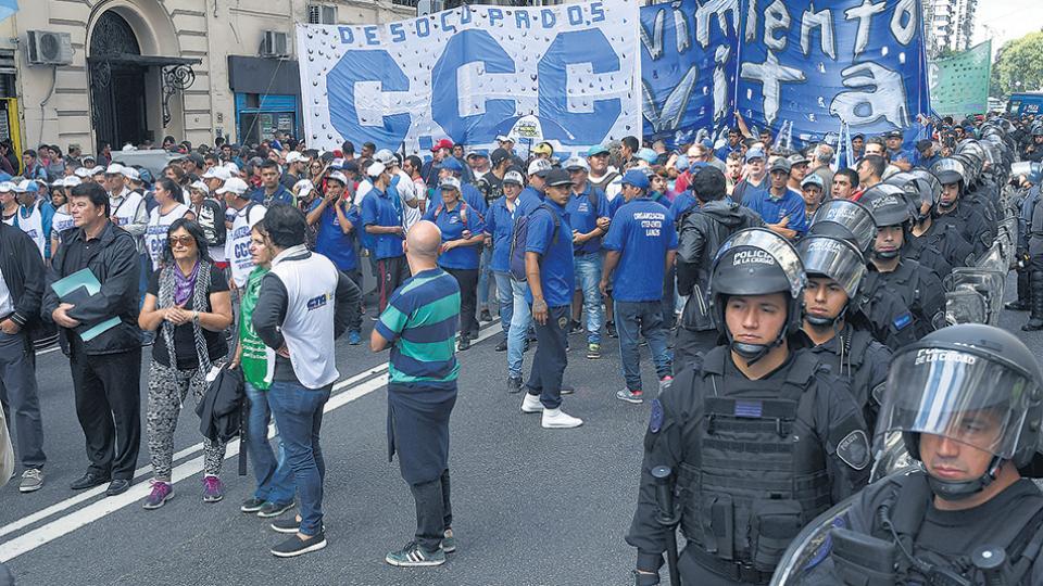 Organizaciones sociales y sindicales protestaron ayer frente a la Casa de Jujuy en la Capital Federal.
